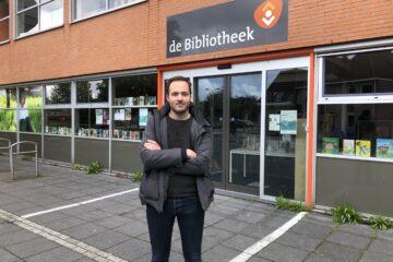 Fractievoorzitter Pieter Kroon bij Bibliotheek Abcodue